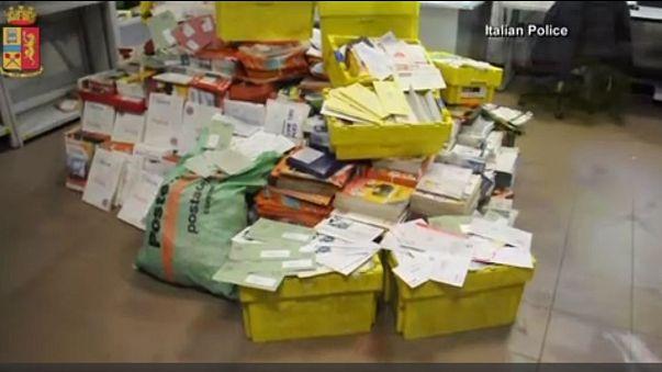 Mektupları yıllarca garajında biriktiren postacı gözaltına alındı