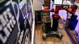 Робот-бариста в японском кафе