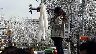 فتاة بدون حجاب في طهران