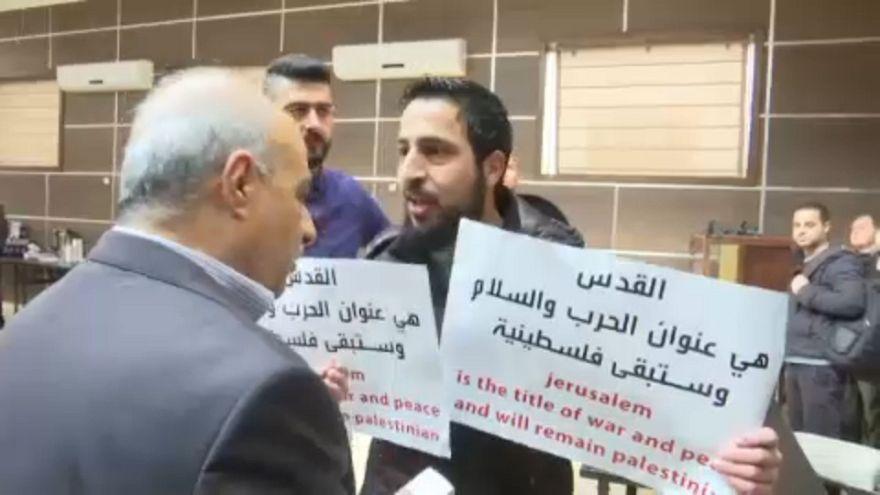 بالفيديو: فلسطينيون يطردون مسؤولاً أميركياً بالقوة