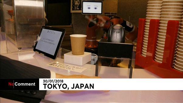 Abre en Tokio el primer café con camareros robot