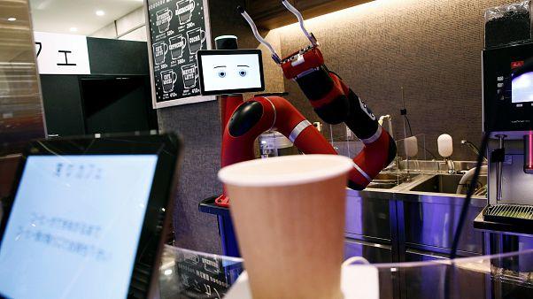 Japonya'da insansı robotların çalıştığı kafe hizmete girdi