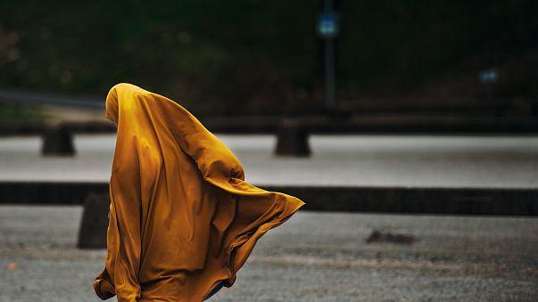 Segunda mujer arrestada en Teherán por quitarse el hiyab como símbolo de protesta