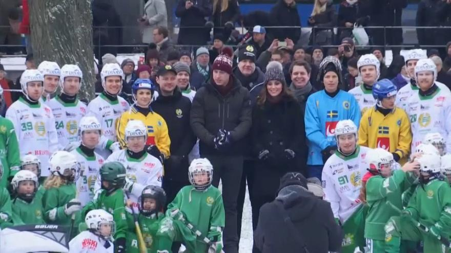 Kate e William giocano a hockey su ghiaccio a Stoccolma