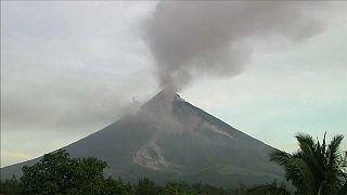 Filippine: eruzione senza sosta del vulcano Mayon