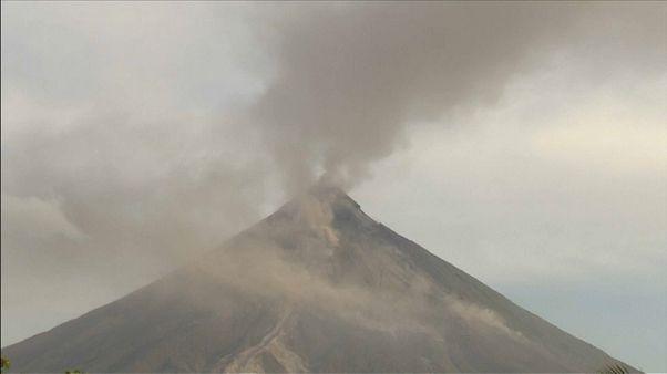 El volcán Mayón de Filipinas amenaza con fumarolas y cenizas