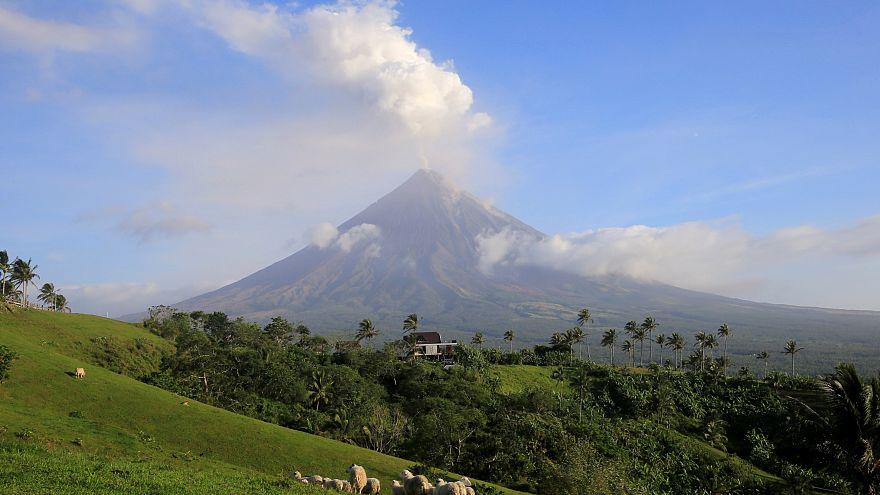 Вулкан Майон не успокаивается
