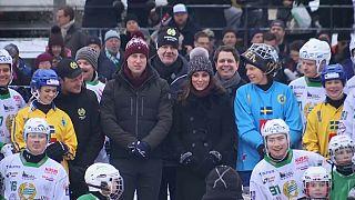 Los duques de Cambridge practican bandy en Suecia
