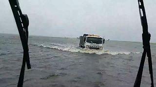 این راننده چگونه در 'اقیانوسی از سیلاب' راه خود را می یابد؟