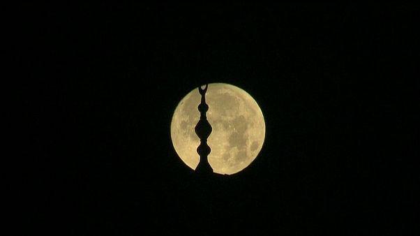 القمر فوق القدس قبل الخسوف المنتظر في أرجاء مختلفة من العالم
