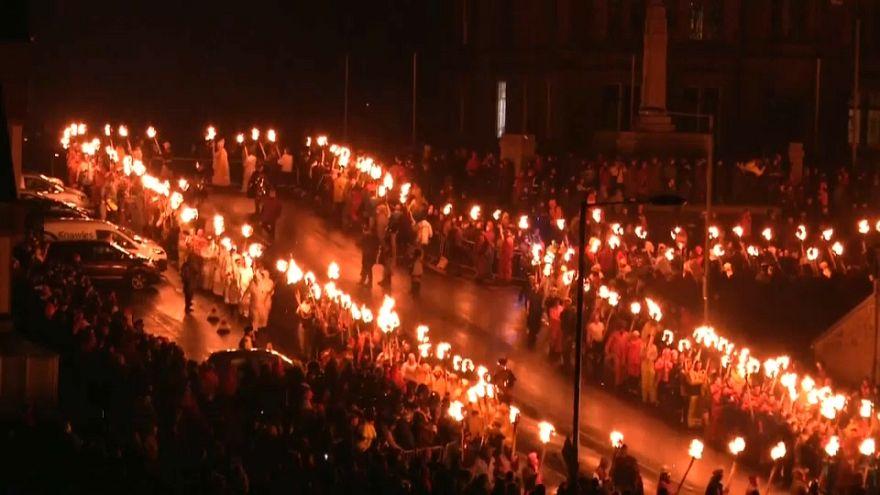 Fiesta 'vikinga' en torno al fuego en la localidad escocesa de Lerwick