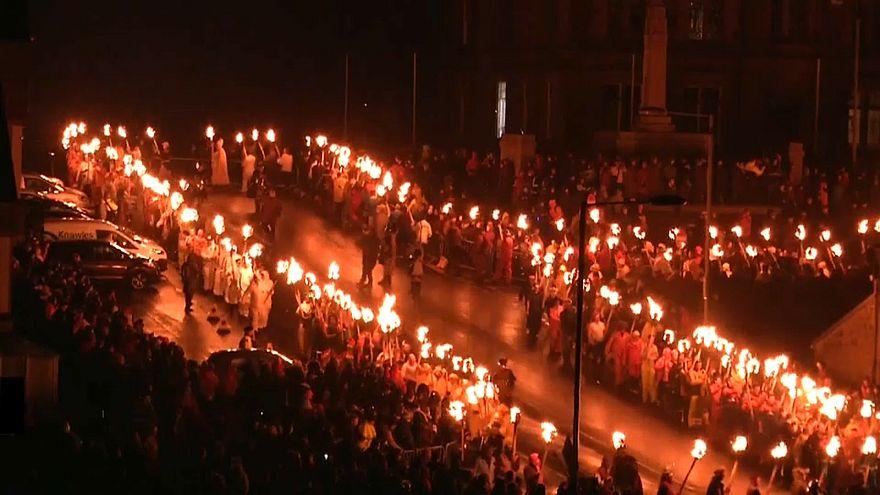 """إحراق سفينة """"فايكنغ"""".. طقس احتفالي يحييه أرخبيل اسكتنلدا كل عام"""
