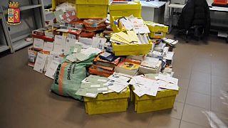 اعتقال ساع للبريد لم يسلم أكثر من نصف طن من الرسائل إلى أصحابها