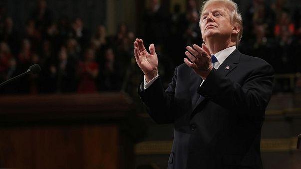 Donald Trump aplaude efusivamente su propio discurso