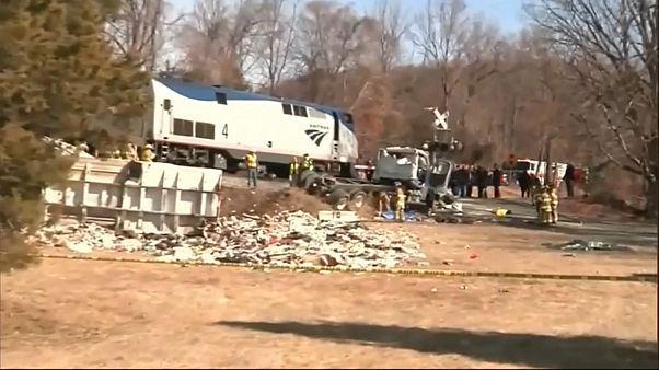 مقتل شخص في اصطدام قطار بشاحنة قمامة في أمريكا