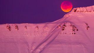 Η σούπερ μπλε ματωμένη σελήνη πάνω από βουνό της Νορβηγίας