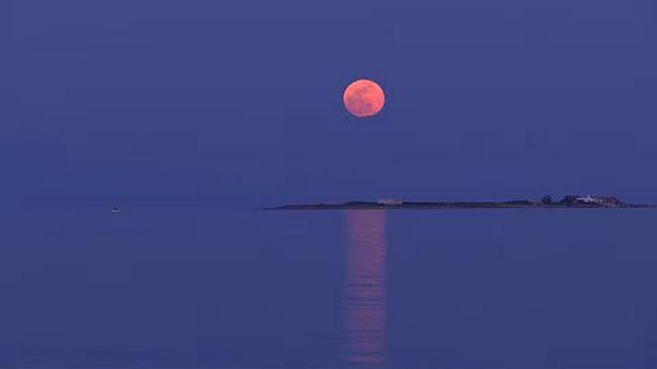 Mundo em suspenso para ver Super-Lua Azul de Sangue