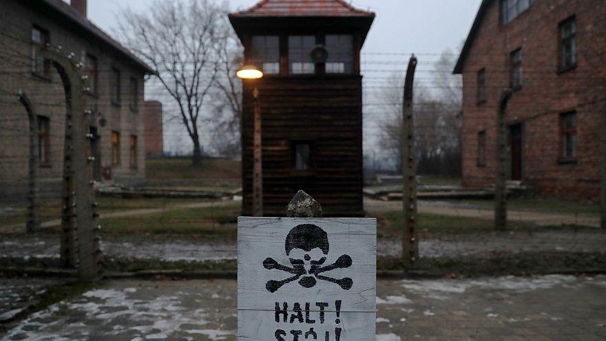 Kétnyelvű felirat az auschwitzi haláltábor kerítésén Oświęcimben.