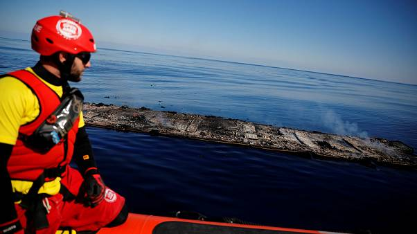Leégett gumicsónak maradványai a líbiai partoknál