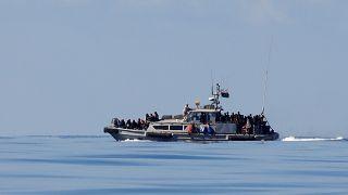 Migranten auf einem Boot im Mittelmeer.