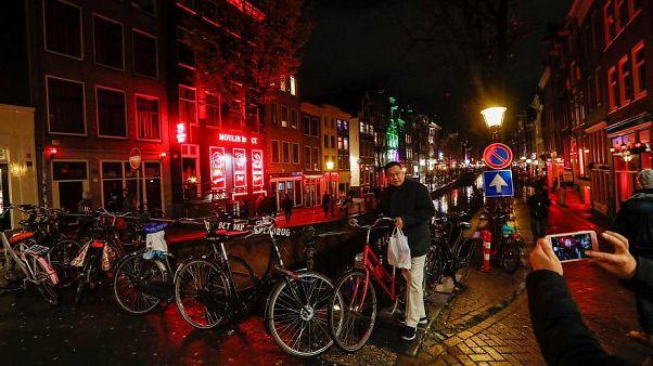 Amsterdam, regole più rigide per i tour: i turisti dovranno dare le spalle alle prostitute