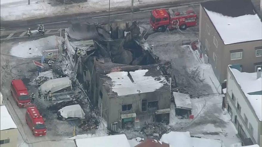 Das ausgebrannte dreigeschossige Sozialwohnheim in Sapporo.