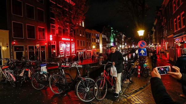 'Tourists must have their backs turned to red light district windows', says Amsterdam city council