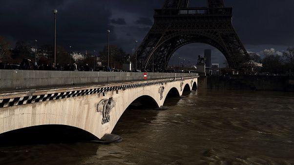 بالفيديو: تساقط الأمطار الغزيرة غمر بعض أنحاء باريس بالمياه