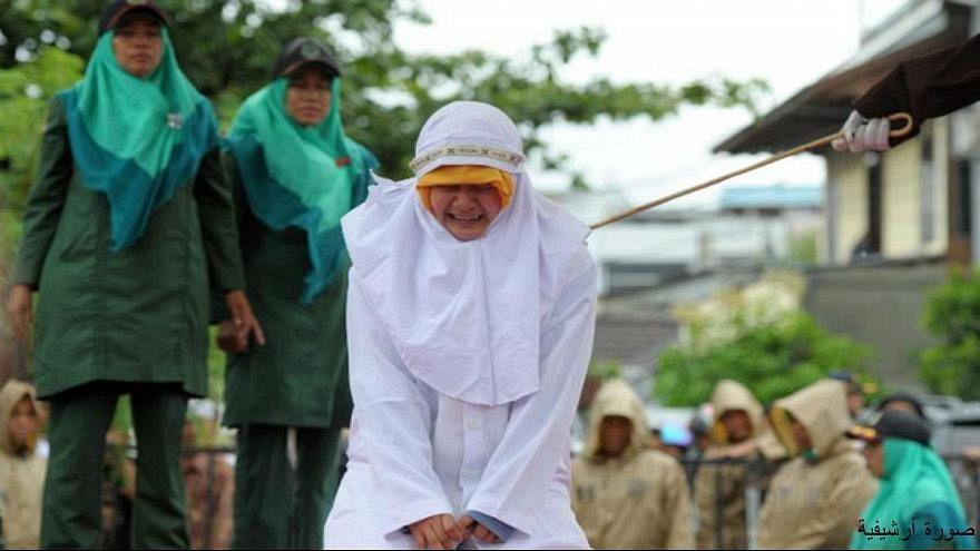 امرأة تتعرض للجلد في إندونيسيا