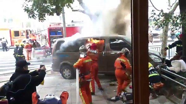 Feuerwehrleute löschen den Van in Schanghai