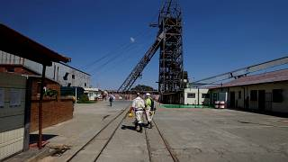 عمال بشركة سيباني_ستيلووتر يسيرون بأحد مناجم الشركة للذهب