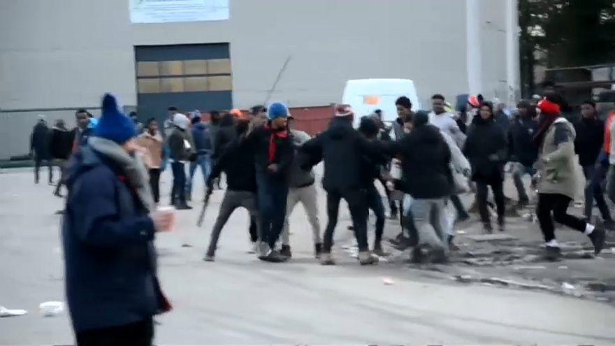 Migranten kämpfen gegeneinander in Calais.