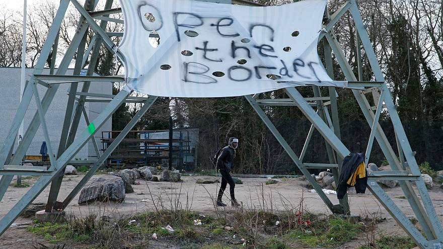 Botte tra migranti a Calais: venti feriti