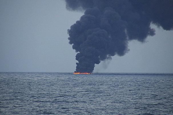 آتش سوزی پس از تصادف سانچی با کشتی باری چین