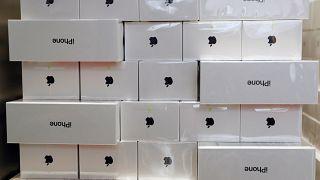 Des iPhone prêts à être vendus comme des petits pains.