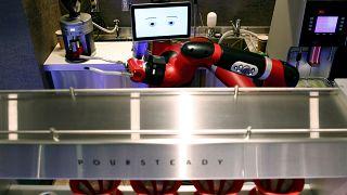 روبات قهوهچی در ژاپن نوشیدنی گرم به مشتری میدهد