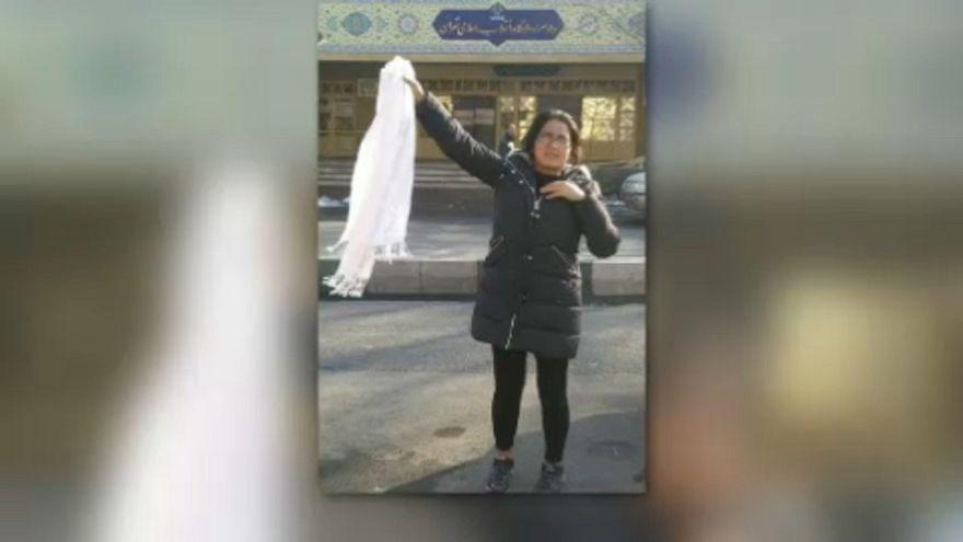 Letartóztatással dacolnak a tiltakozó iráni nők