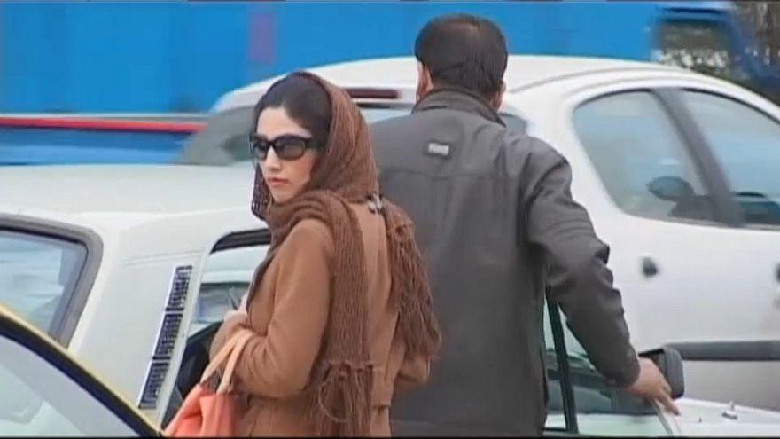 Detenidas una treintena de mujeres iraníes por mostrar su pelo en público