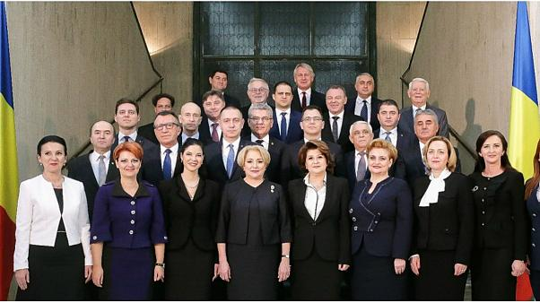 EU flag absent in Romania's new official cabinet photo