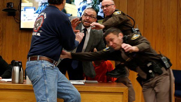 Pai de vítimas tenta agredir Larry Nassar