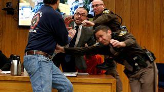 Πατέρας επιτέθηκε στον βιαστή της κόρης του μέσα στο δικαστήριο