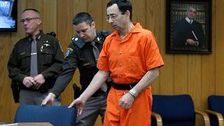 Rátámadt Larry Nassarra az egyik molesztált lány apja