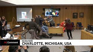 Kızlarını taciz eden doktora mahkemede saldırdı