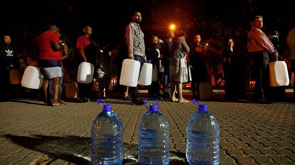 Já são longas as filas de pessoas para o armazenamento de água