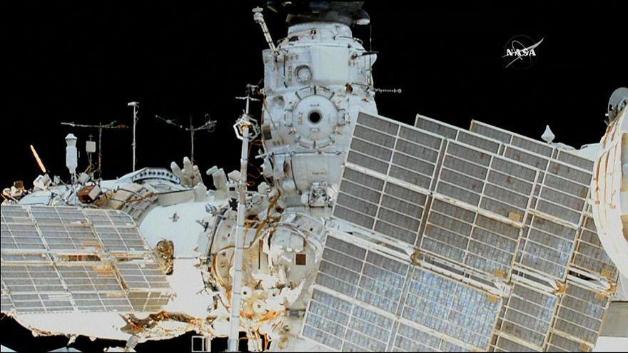شاهد: رائدا فضاء روسيان يسيران لست ساعات خارج المحطة الفضائية