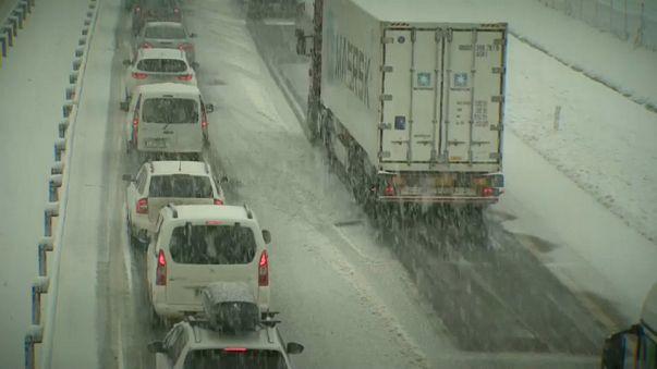 Balcani sotto la neve, traffico in tilt