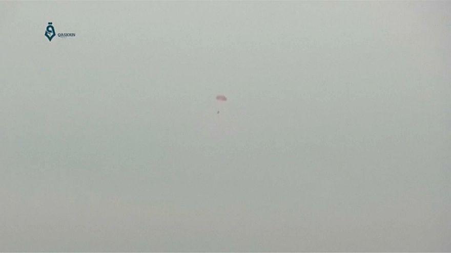 شاهد: لحظة هبوط الطيار الروسي بالمظلة قبل مقتله