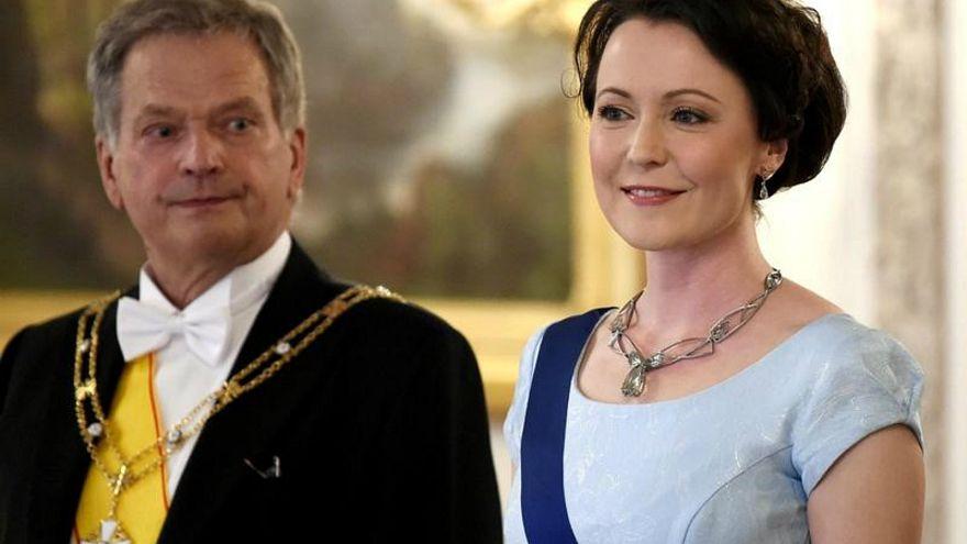 صورة من أرشيف رويترز لرئيس فنلندا سولي نينيستو زوجته جيني هوكيو في هلسنكي