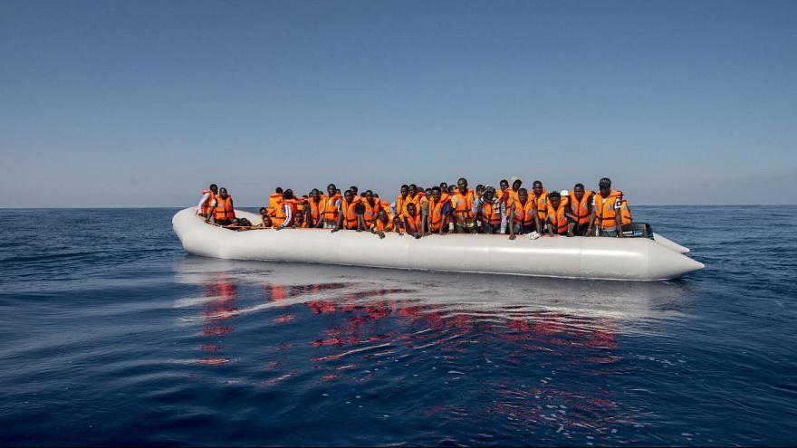 مجموعة من المهاجرين داخل أحد قوارب الإنقاذ