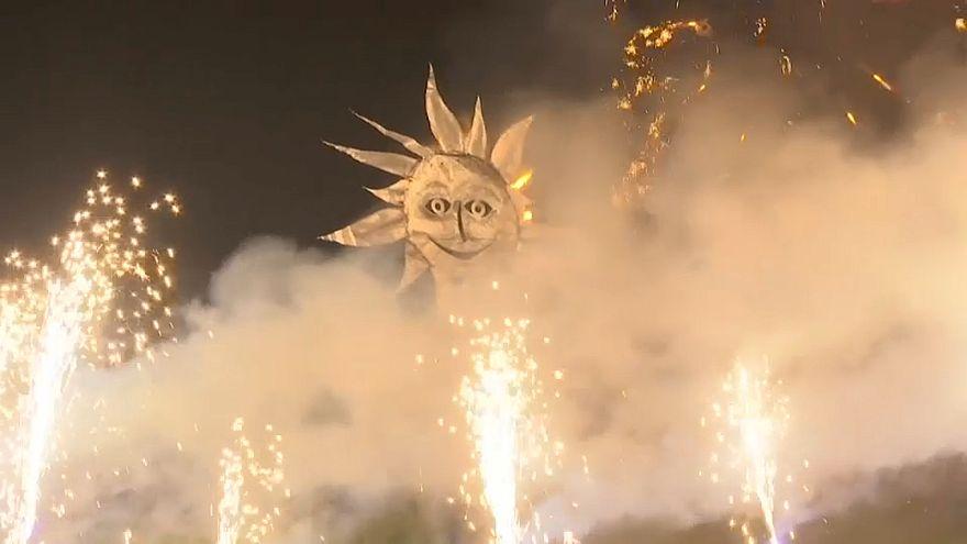 """شاهد: مهرجان النار في قرية بريطانية احتفالا بانتهاء """"أيام الشتاء المظلمة"""""""